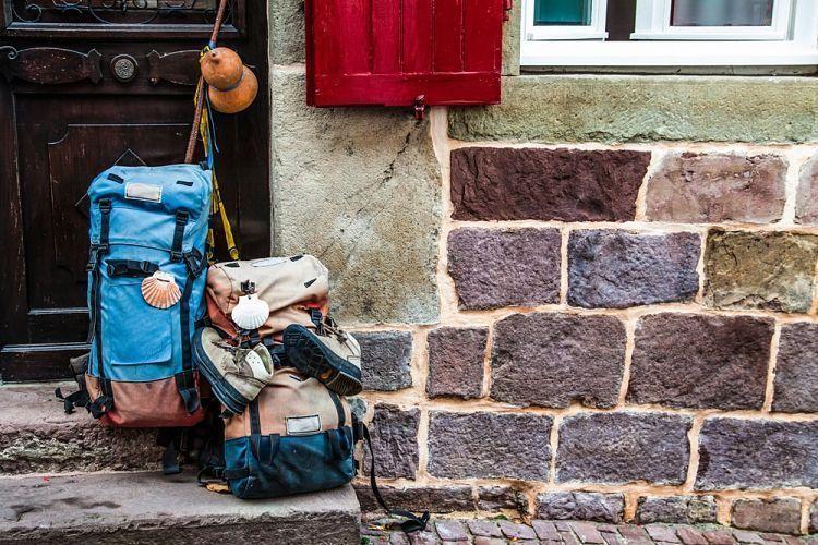 Consejos viajeros. Mochilas en la pared