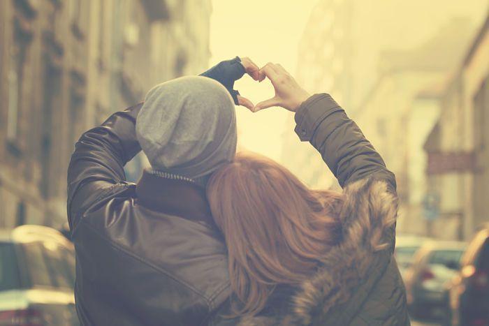 Vivir desde el amor. Pareja juntando manos