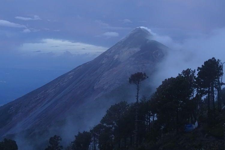 volcán Acatenango. Volcán de Fuego al atardecer