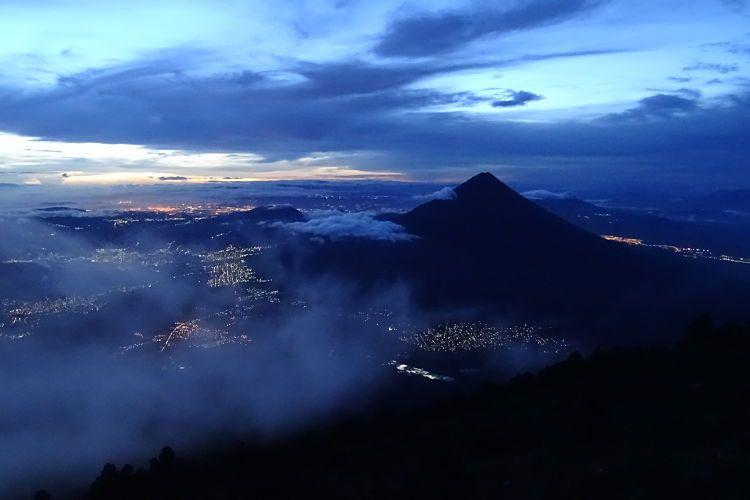 volcán Acatenango. Vistás del Volcán de Agua