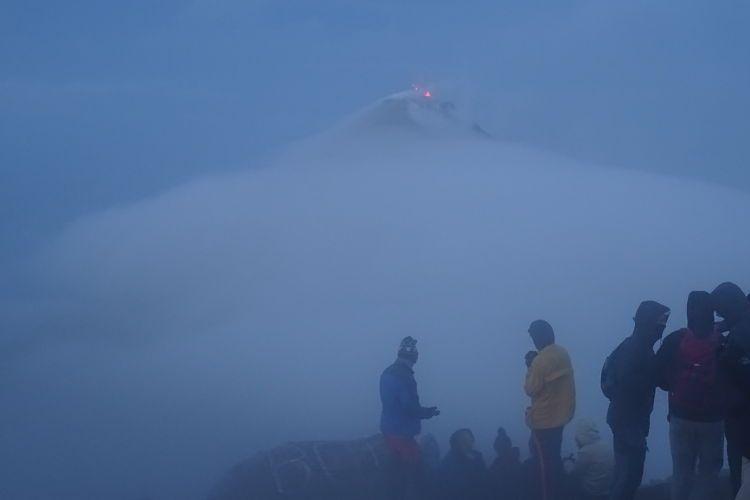 volcán Acatenango. La cima del volcán Acatenango durante la salida del sol
