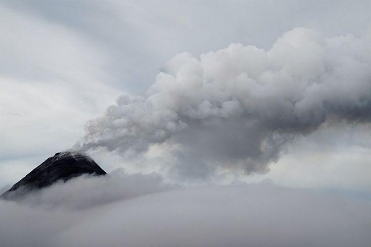 Guatemala y Belice. Explosión del Volcán Acatenango