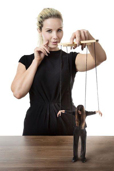 Ley de causa y efecto. Persona controlando marioneta