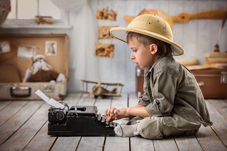 Carta de despedida de un viajero. Niño con máquina de escribir