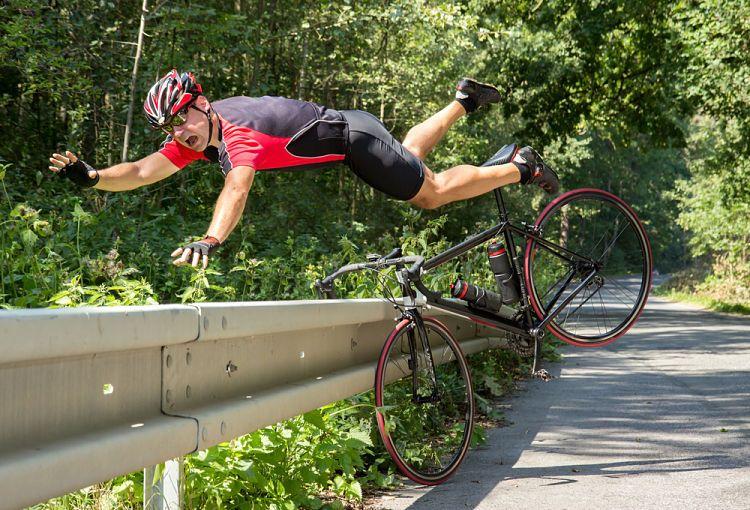 Ciclista tropezando en obstáculo