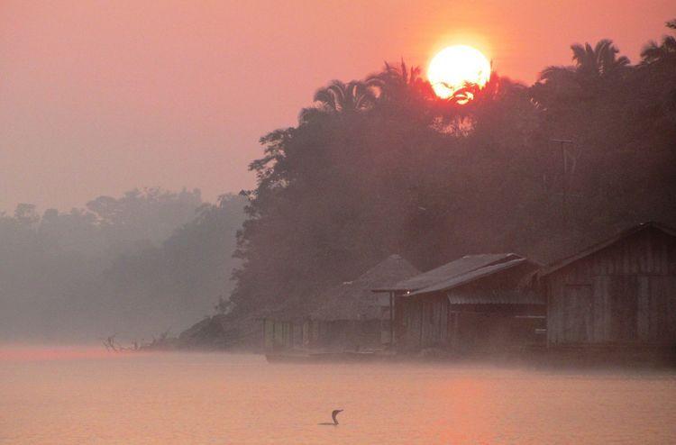 Amanecer en el río Amazonas
