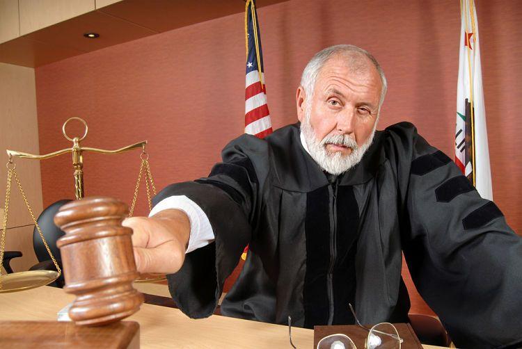 Juez juzgando