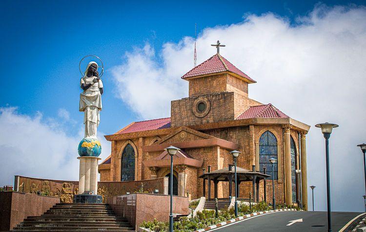 Iglesia y estátua de la Madre Basilia